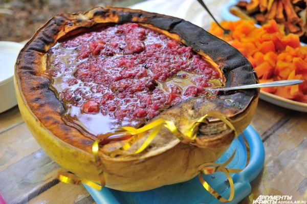 Тыква с коктейлем из ягод, винограда, меда и яблок.