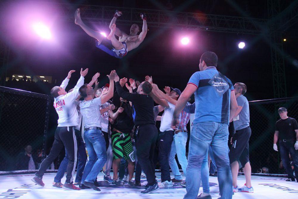 Фанаты качают Алексея Сорокина.