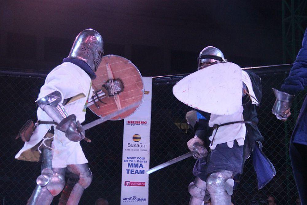 Фехтовальщики так разошлись, что сломали ограждение.