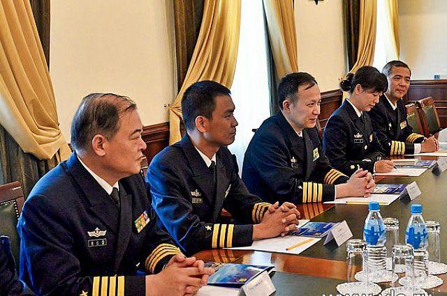 Делегация военных моряков Китая в мэрии Владивостока.