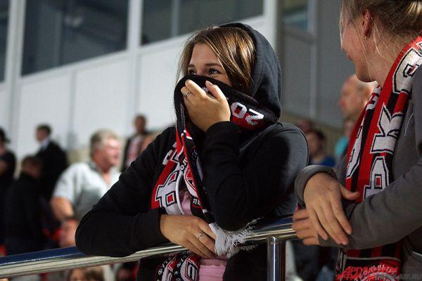 Девушка пришла на стадион в фирменной атрибутике клуба и немного стеснялась объективов фотографов.