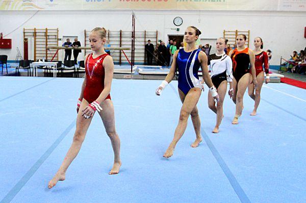 Посоревноваться в искусстве владения гимнастическими снарядами в Новосибирск приехали более 150 спортсменов, некоторые из них - из других стран.