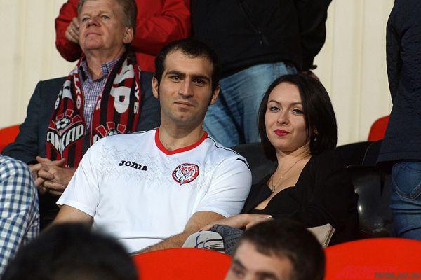Большинство девушек приходили вместе с друзьями, одетыми в клубную форму пермской команды.