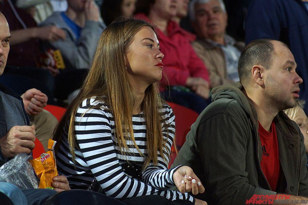 Теплая солнечная погода в понедельник, 28 сентября, благотворно сказалась на посещаемости домашней игры «Амкара». В этот вечер на стадионе можно было заметить много красивых болельщиц красно-черных.
