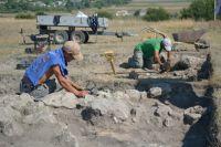 Археологи.