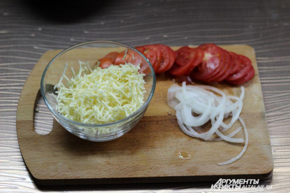 2. Помидоры моем и режем на тонкие кружки, лук режем тонкими полукольцами, сыр натираем на крупной терке.