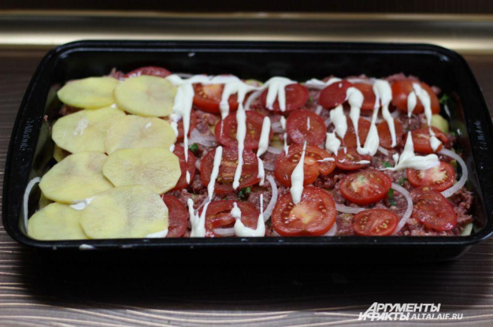 Затем выкладываем последний слой картофеля.