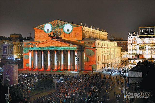 «Лебединое озеро» в эти дни можно увидеть не только на сцене, но и на фасаде Большого театра.