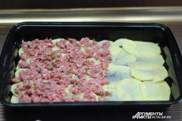 Как только слой картофеля выложен, выкладываем тонкий слой фарша. Выкладываем равномерно!