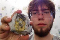 Борис Лобастов и кусок породы с содержанием пирита.