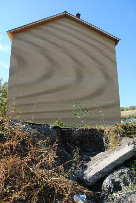 К новому дому подбирается осыпь, дренажную систему поселка порушила фирма «Мордовцемент» при строительстве завода.