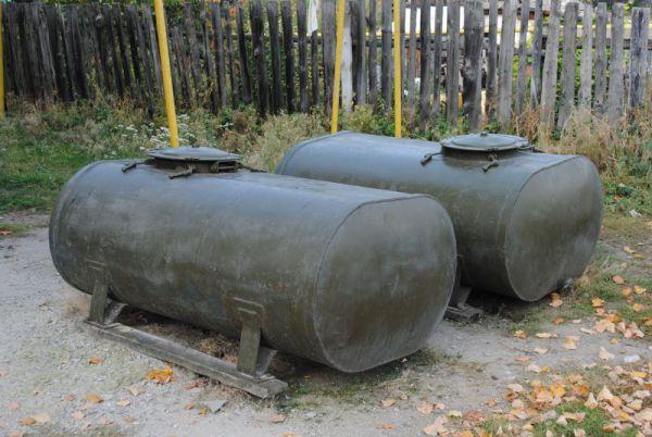 В дни майско-июньской засухи, когда подача воды прекратилась, МЧС-ники поставили эти баки.