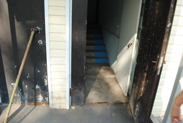Перед подъездом нового дома - яма, в дожди потоп до второй ступеньки межэтажной лестницы.