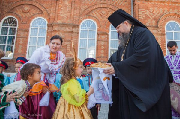 Епископ Корнилий принимает хлеб-соль от константиновской детворы.