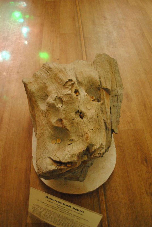 А это уже археология. Кусок окаменевшего дерева - языческий идол.