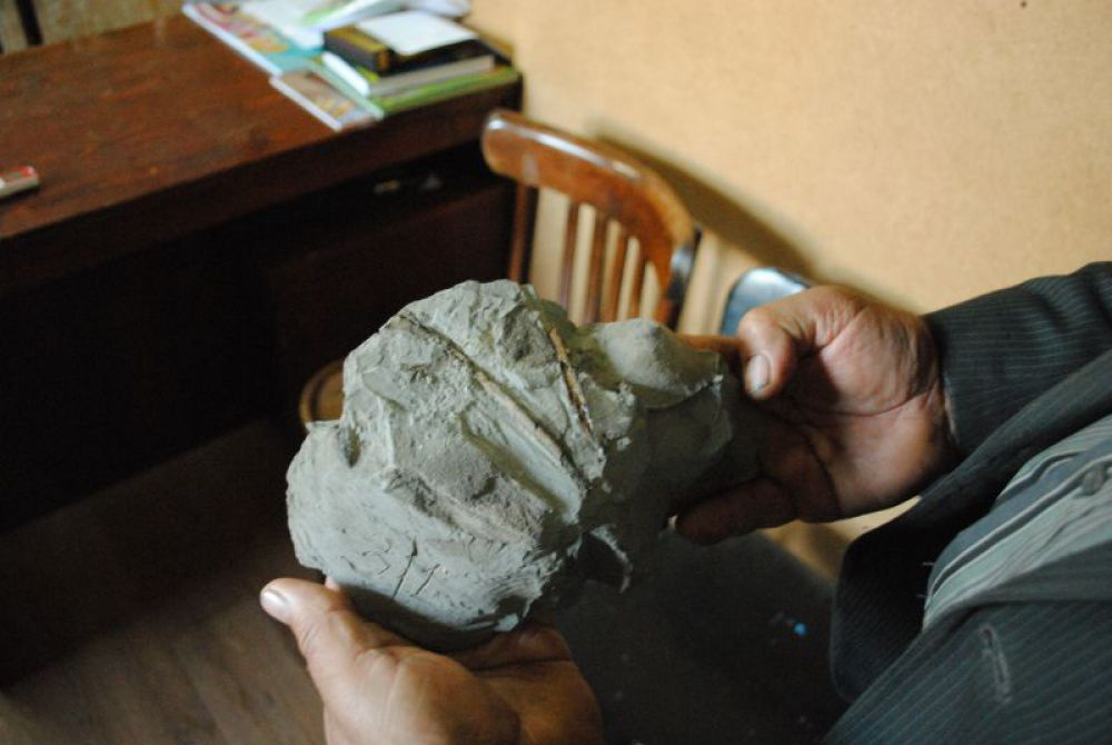 Находка этого сезона: останки птеродактиля, в этом куске глины - кости пальцев летающего ящера.