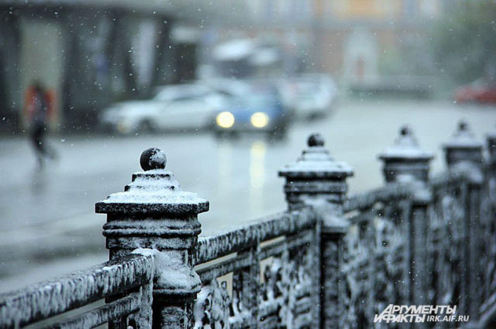 Снег облепил ограды и фонарные столбы.