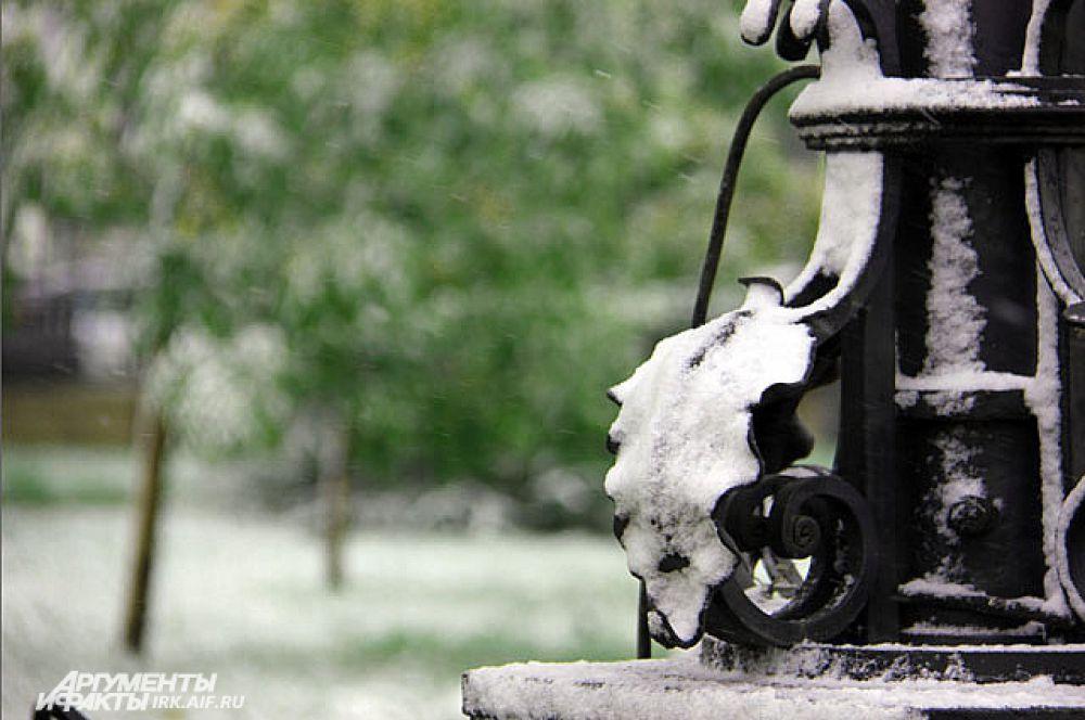 На земле снег быстро тает, а на памятниках остается.