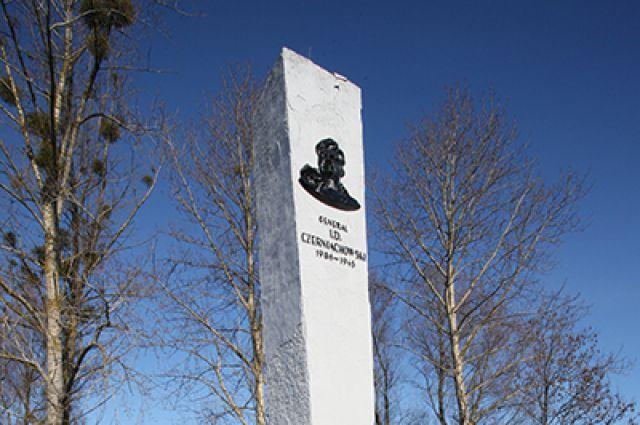 Памятник Черняховскому в Польше.