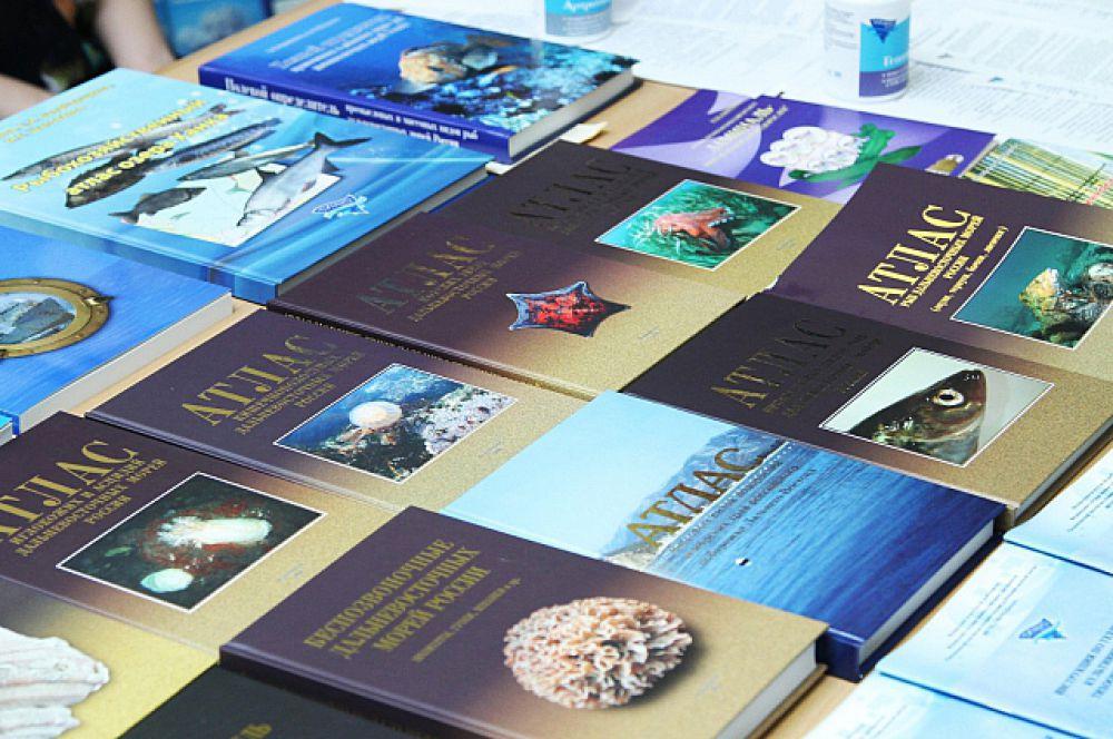 На выставке представили специализированную литературу.