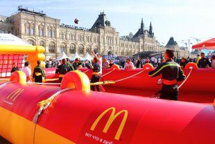 Надувное футбольное поле «Макдоналдс» наКрасной площади было эпицентром спортивных баталий.