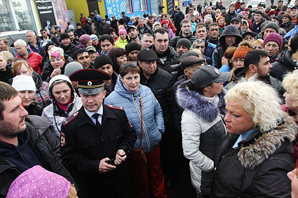 В этот день сотни возмущённых торговцев по привычке пришли на работу, но на территорию рынка их не пустили.