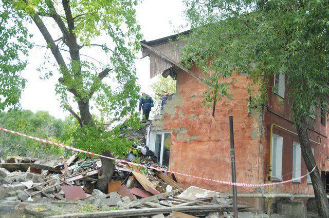 Жилой дом разрушен взрывом бытового газа на 30%.