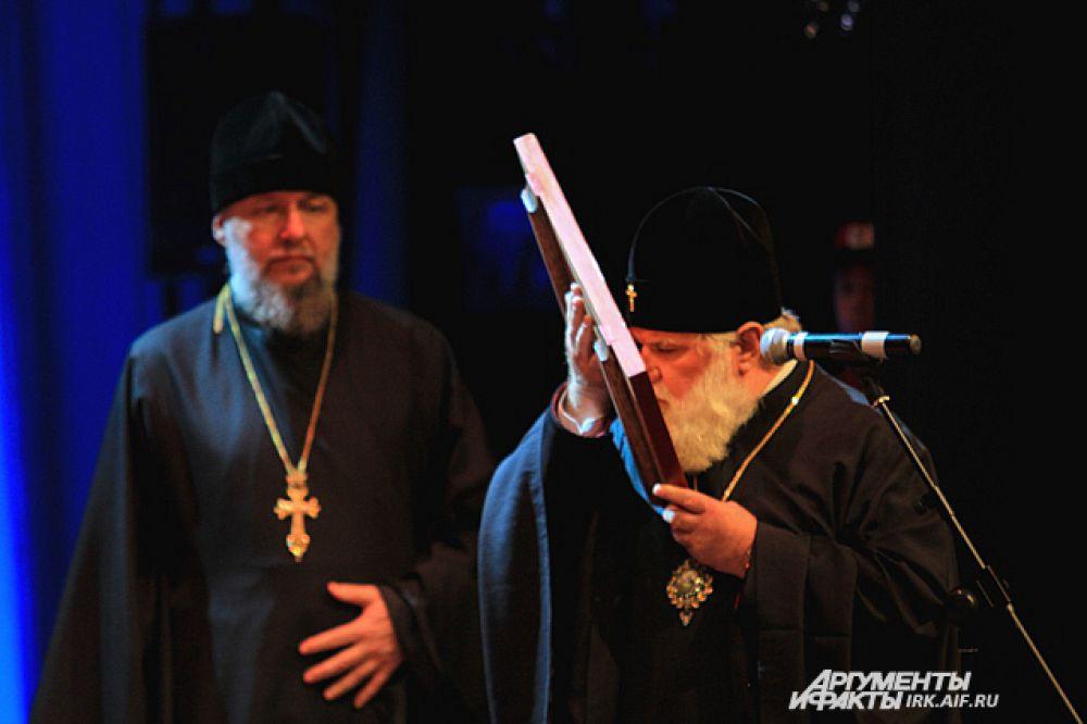 Митрополит Иркутский и Ангарский Вадим преподнес в дар новому губернатору икону святителя Иннокентия.