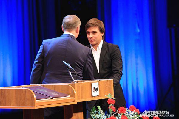 Молодые политики поздравили Левченко от имени всей иркутской молодежи.