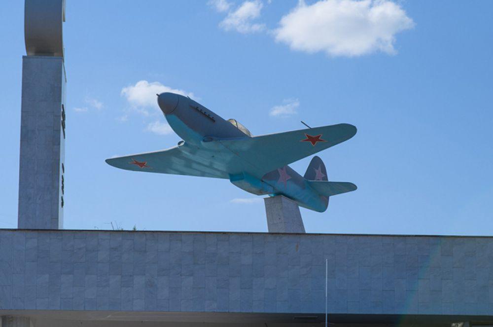 Макет самолета Су-2 на здании музея-панорамы Сталинградская битва.