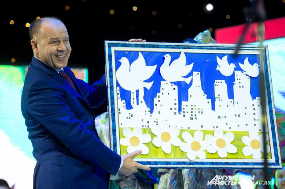 12-летний Ростислав Шагаев, мальчик с аутизмом, передал руководству компании свою картину.