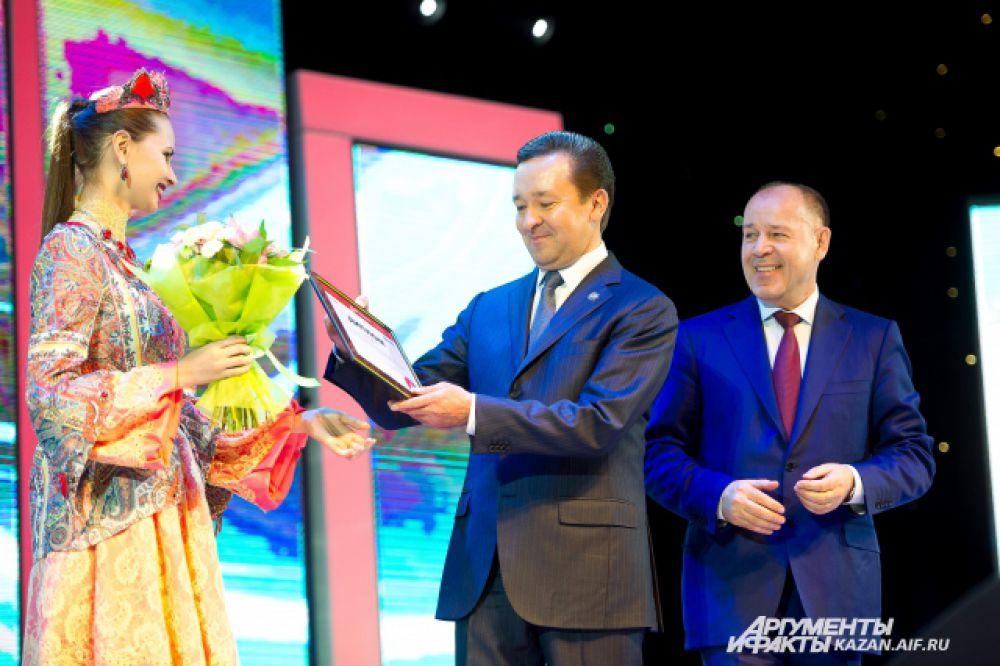 Абсолютных победителей наградили премьер-миинстр РТ Ильдар Халиков и вице-президент компании Лукойл, генеральный директор РИТЭК Николай Николаев (справа)