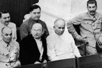 Иосиф Сталин, Никита Хрущев, Лаврентий Берия, Матвей Шкирятов (в первом ряду справа налево), Георгий Маленков и Андрей Жданов (во втором ряду справа налево) на совместном заседании Совета Союза и Совета национальностей I-й сессии ВС СССР I-го созыва.