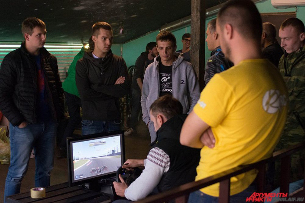 Участники состязались не только в реальных гонках, но и в гонках виртуальных.