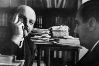 Владимир Ленин беседует с писателем Гербертом Уэллсом в своём кабинете в Кремле.