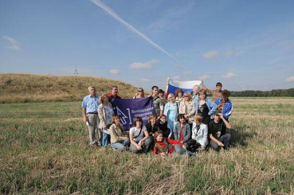 На фоне жемчужины Цимлянского района Синего Кургана фотографируется МедиаСоюз Волгодонска.