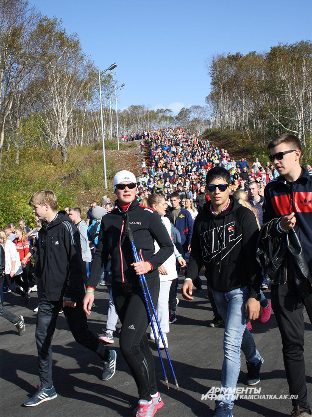 За время пешей прогулки участники сделали 21 930 тысяч шагов.