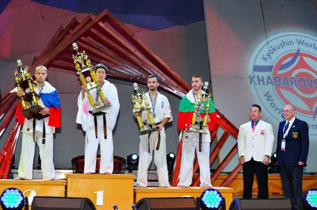 Среди призёров чемпионата - хабаровчанин Святослав Еренков (крайний слева)