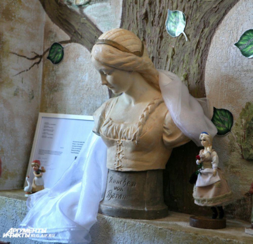 Анна Неандер родилась в 1615 году в деревне Тарау в семье пастора Мартина. Сейчас посёлок называется Владимирово. После смерти родителей от чумы Анну воспитывал её опекун - кёнигсбергский пивовар Штюльценберг. В Кёнигсберге Анна познакомилась с пастором Иоанном Портациусом и в 1633 году вышла за него замуж.В 1646 году Иоанн Патрициус скончался и Анна, по традиции тех времён, вышла замуж за его преемника пастора Кристофа Грубе. Через шесть лет Кристоф Грубе скончался и Анна вновь вышла замуж за его преемника пастора Иоанна Бейльштайна. В 1676 году скончался и этот её муж. Анна переехала к сыну