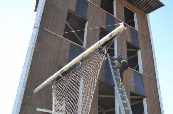 Подъём по штурмовой лестнице на учебную башню.