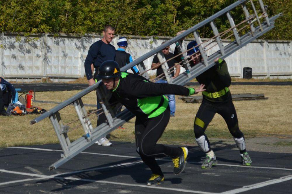 В программу состязаний традиционно вошли: преодоление 100-метровой полосы с препятствиями, пожарная эстафета...