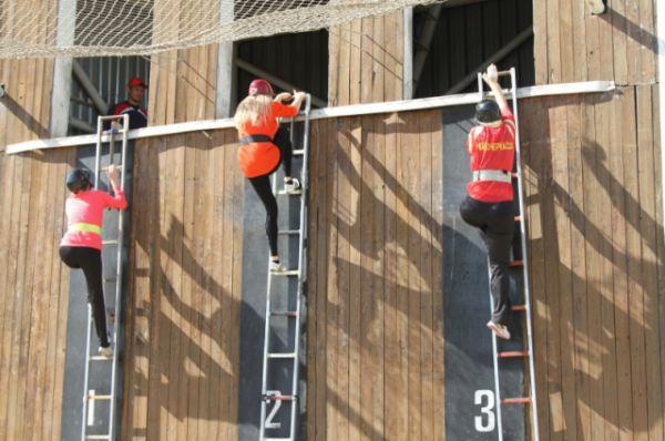 Второе задание - подняться по штурмовой лестнице в окно 2-го этажа учебной башни.