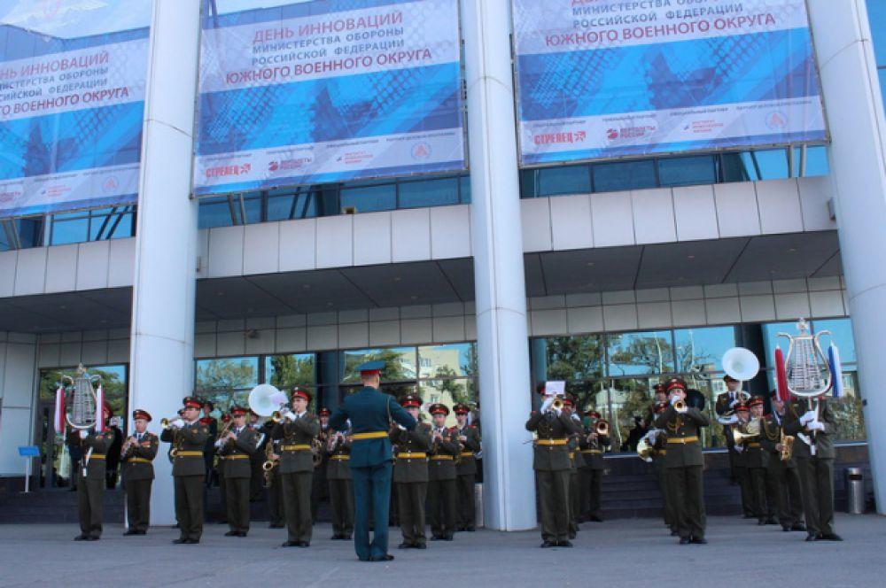 У здания выставочного комплекса играет духовой оркестр.