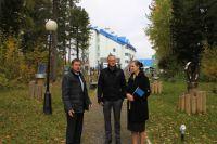 Алик Сафин проводит экскурсию по территории отеля для международных представителей эко-программы