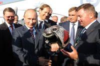Владимир Путин принимает в подарок авиационный шлем на международном авиакосмическом салоне «МАКС-2011».