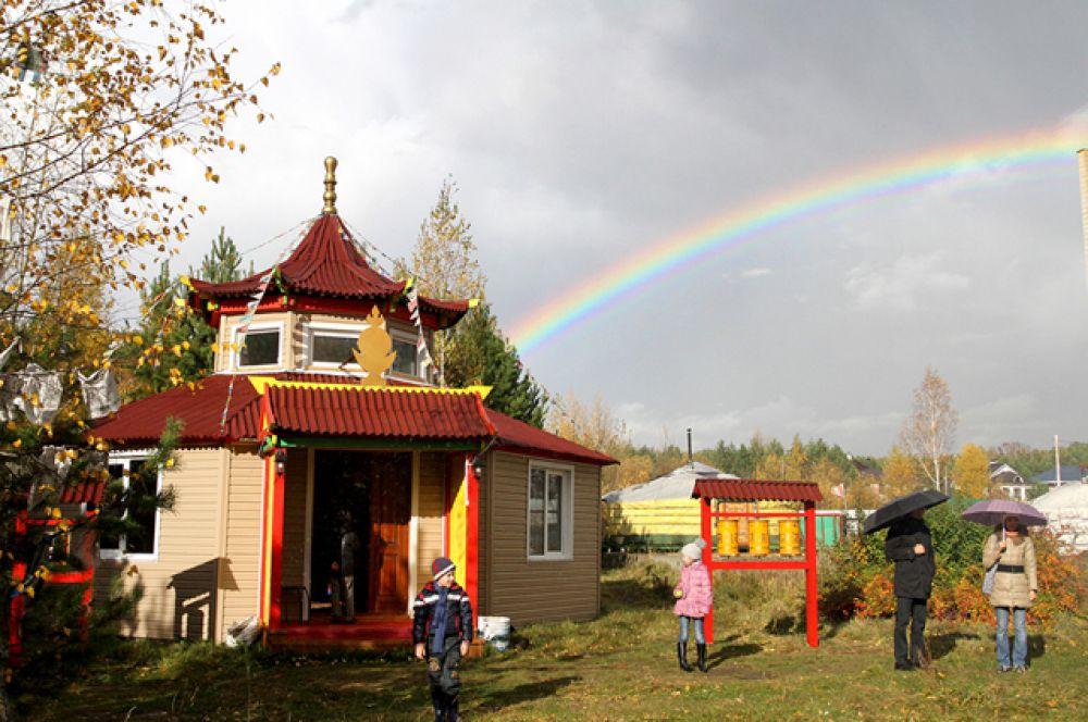 Как будто в подтверждение этому место ритуала озарила яркая радуга.