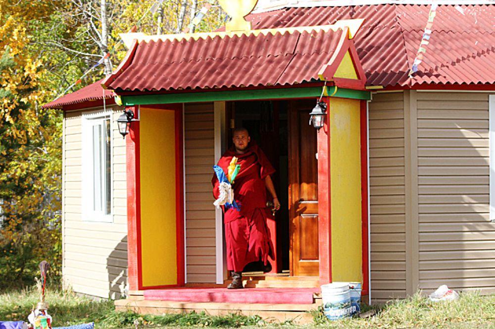 Буддисты верят, что на площадку, где проходил ритуал, спускаются божества.