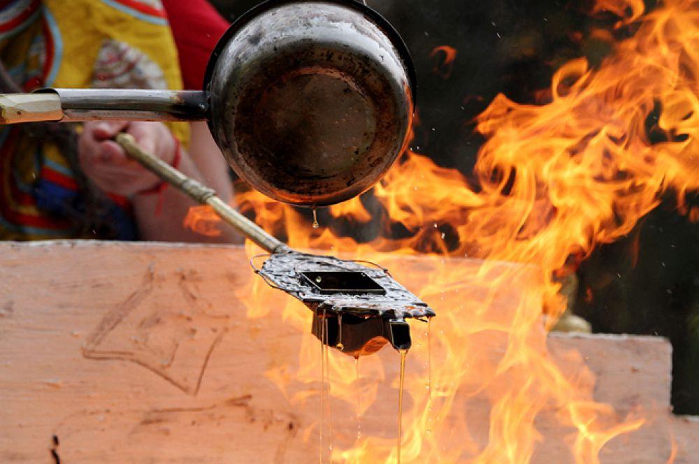 Первое подношение даётся, конечно же, хозяину огня.