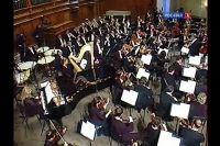 Оркестр под управлением В. Гергиева исполняет «Симфонические танцы».