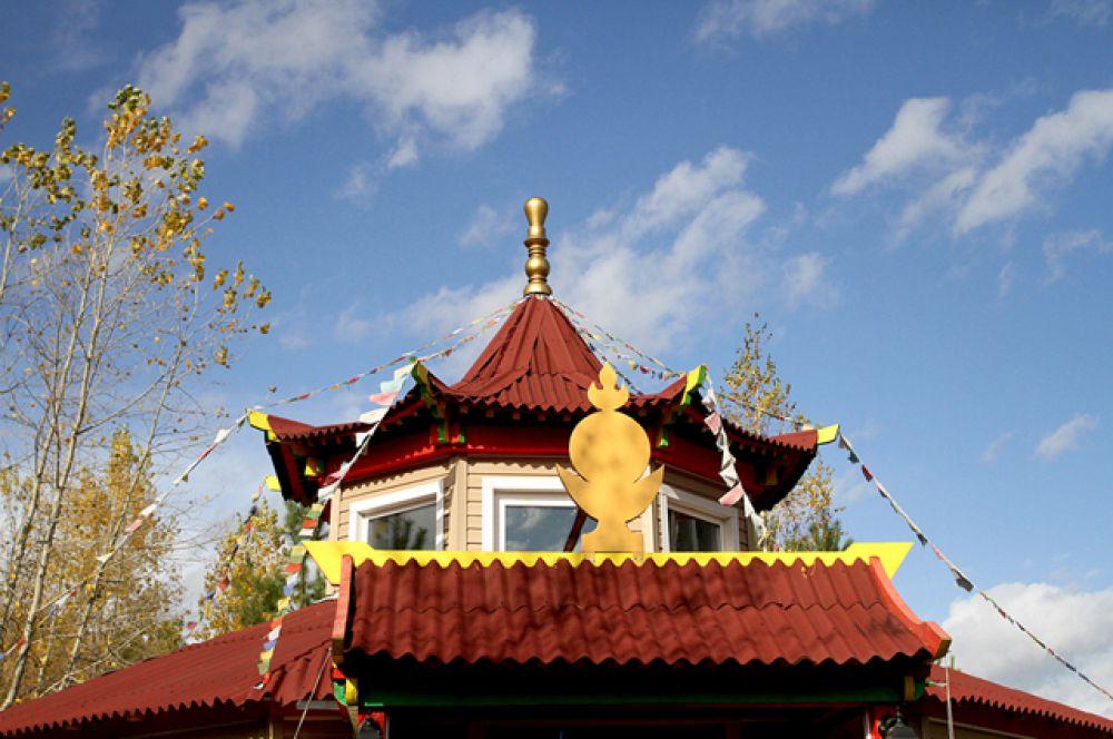 Обряд прошёл в в единственном в Новосибирске буддистском храме Сахюусанай дуган, который открылся в городе летом этого года.